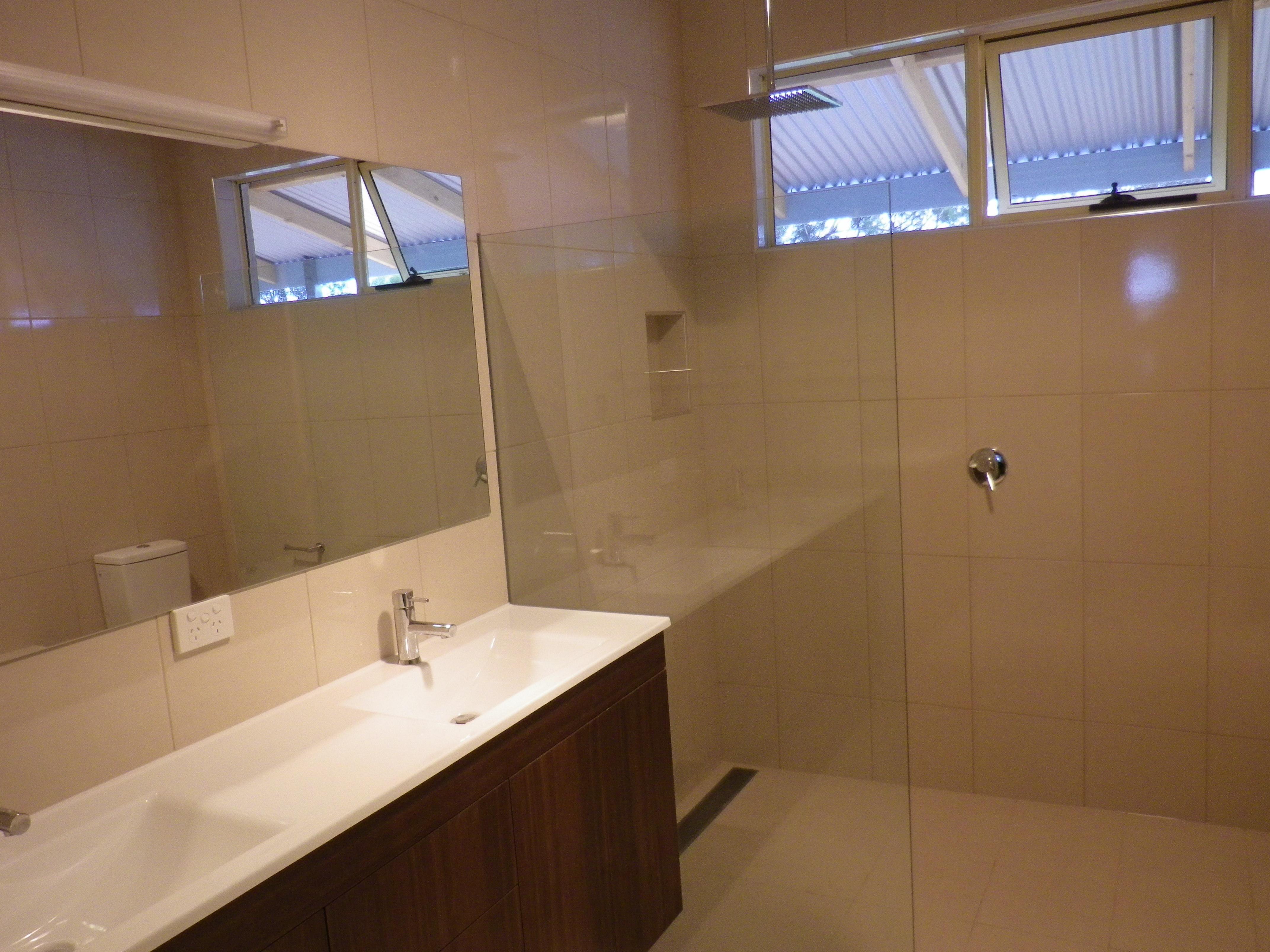 Frameless shower screen and shower grate